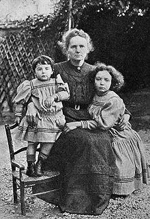 220px-Eve,_Marie,_Irene_Curie_1908
